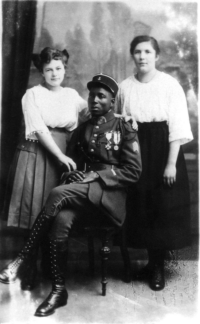 Французский морпех из колониальных войск в компании немецких фройляйн, 1920 год, Рейнская область