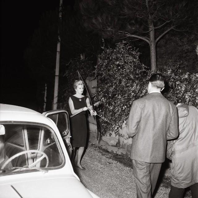 Анита Экберг отгоняет папарации стрелами из лука, 1960 год, Италия