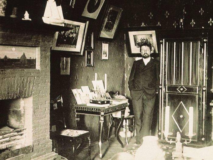 Антон Павлович Чехов в ялтинском кабинете. 1–2 января 1900 г