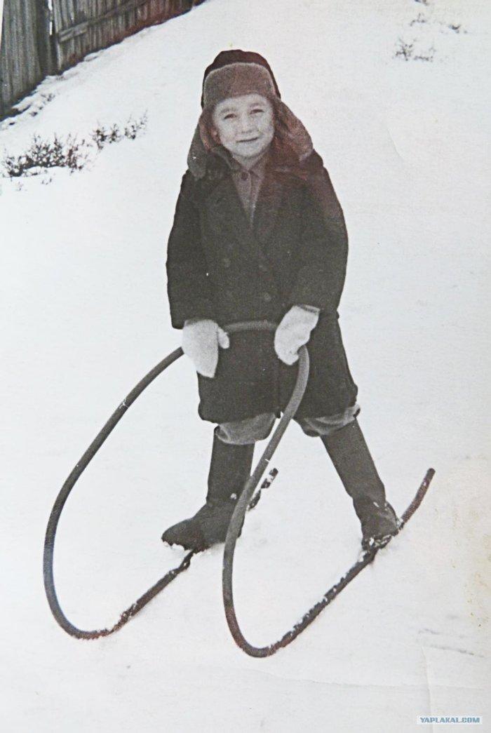 Неизвестный советский младшеклассник на снегокате.