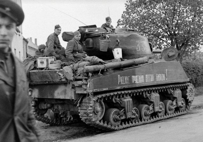 """Воины РККА на танке Sherman M–4 с надписью """"Русские прусских всегда бивали"""". 1945 г."""