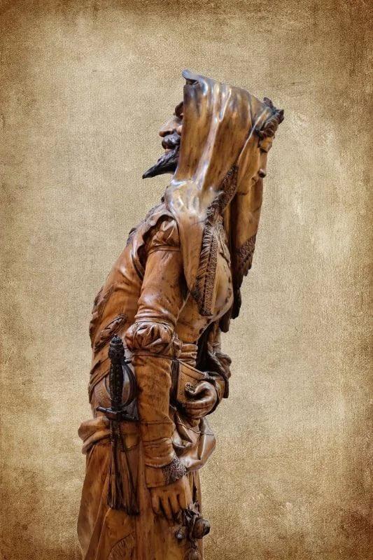 Так скульптура выглядит сбоку