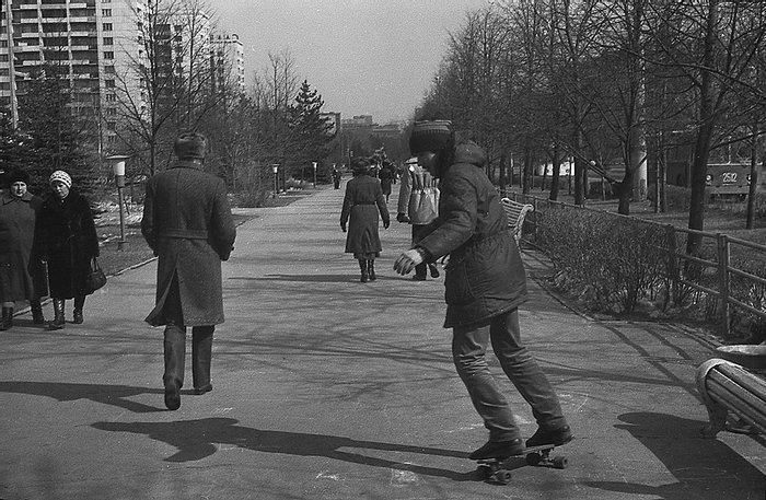 На фото один из первых скейтеров на проспекте Ленина, Челябинск, 1987 г.