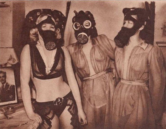 Девушки The Windmill Girls в противогазах, 1941 год, Лондон