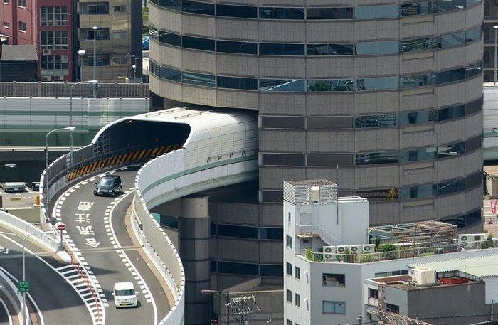 Скоростная автомагистраль Hanshin проходит через 5, 6 и 7 этажи здания Gate Tower