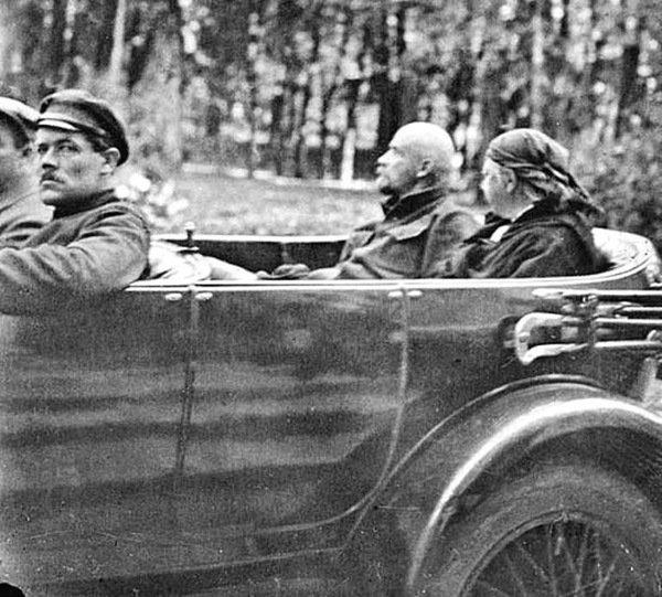 Ленин и Крупская на Роллс–Ройсе «Серебряный призрак», 1923 год, Горки