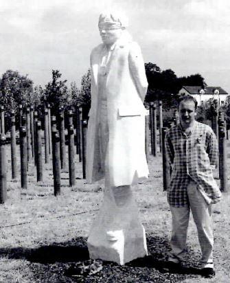 Скульптор Де Комин на открытии мемориала «Выстрел на рассвете», 2001 год