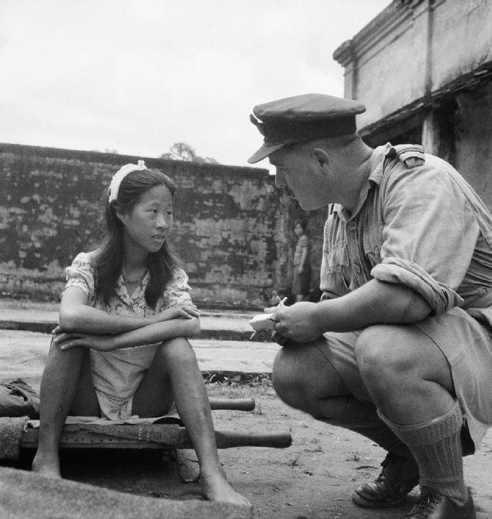 Молодая девушка из «Батальона комфорта» дает интервью английскому офицеру, 1945 год, Рангун (Янгон), Бирма (Мьянма)
