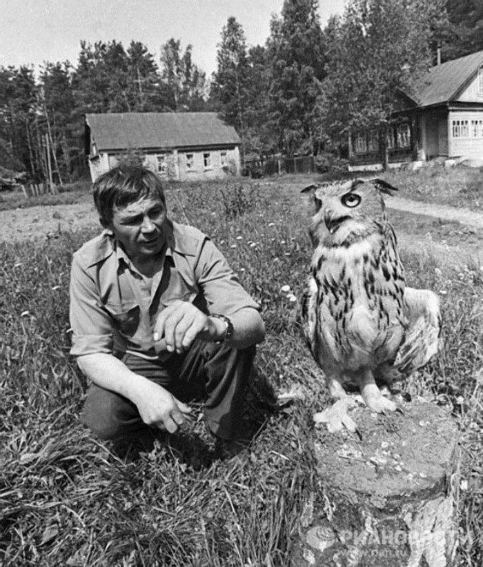 Работник зообазы киностудии «Центрнаучфильм» с филином Фомкой