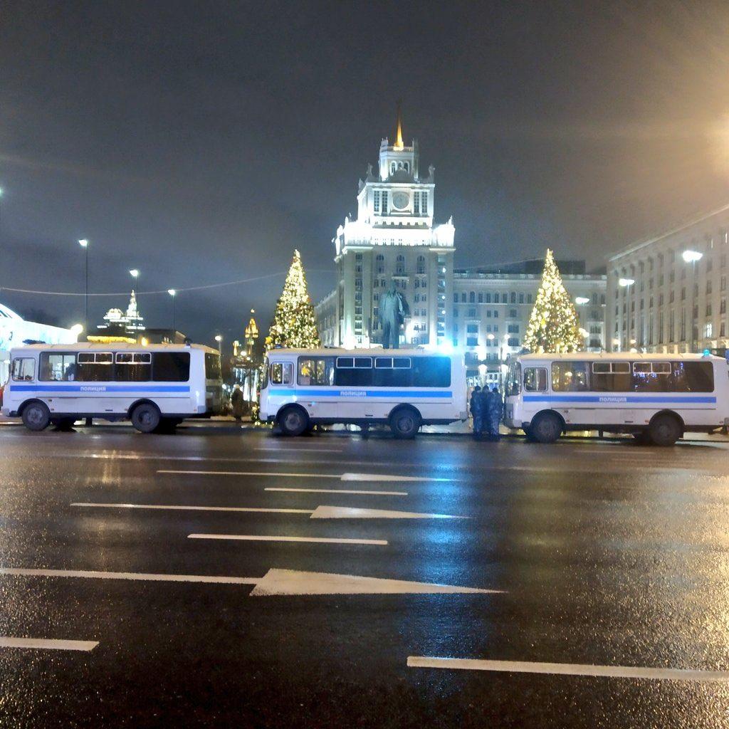 В Москве что-то происходит: автозаки на улицах.