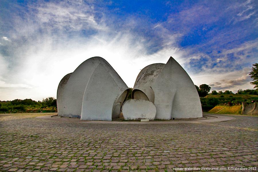Репортаж с того света: как работает крематорий на самом знаменитом кладбище страны