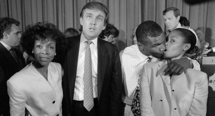 Майк Тайсон с женой, тещей и будущим президентом США, 11 июля 1988 года, США