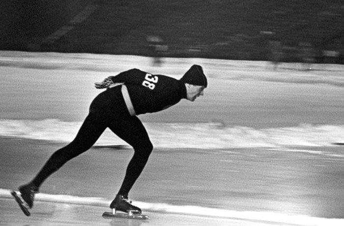 Конькобежец Виктор Косичкин в женских колготках и свитере, 1960 год,