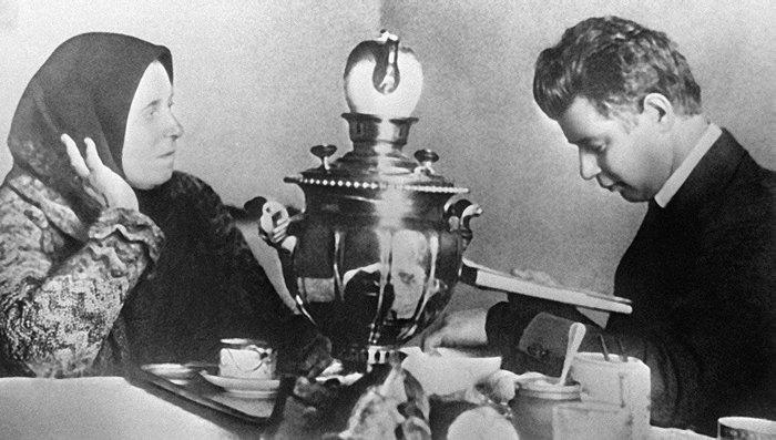 Сергей Есенин Читает стихи своей матери, сентябрь 1925 года, СССР