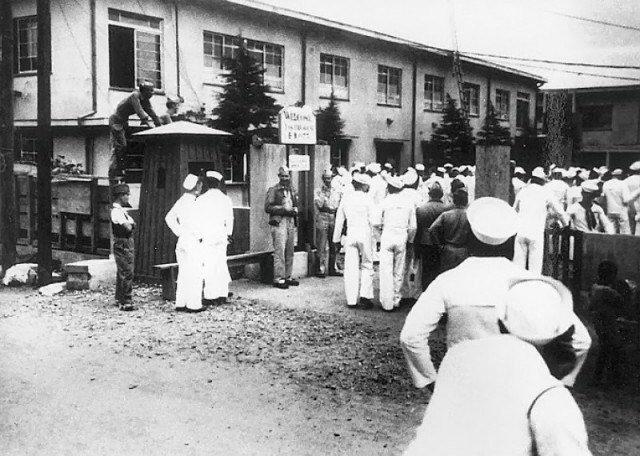 Американские моряки в очереди в японский дом утешения, 1945 год, Япония
