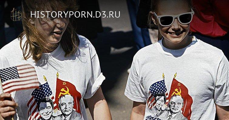 Девушки в футболках с изображением генсека ЦК КПСС Михаила Горбачева и президента США Рональда Рейгана на улицах Москвы, 1988 год