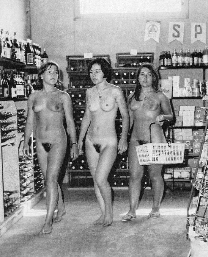 В супермаркете нудистского курорта, 1970–е годы, Кап Даг, Франция