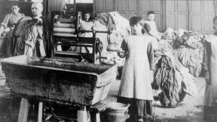 На фотографии начала ХХ в., сделанной в Ирландии, запечатлены «воспитанницы» приюта Св. Магдалины. Фото отсюда: https://www.bbc.com/news/magazine-29307705.