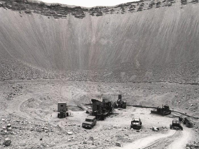 Кратер оставшийся после подземного ядерного взрыва «Sedan», 1960–е годы, Невада