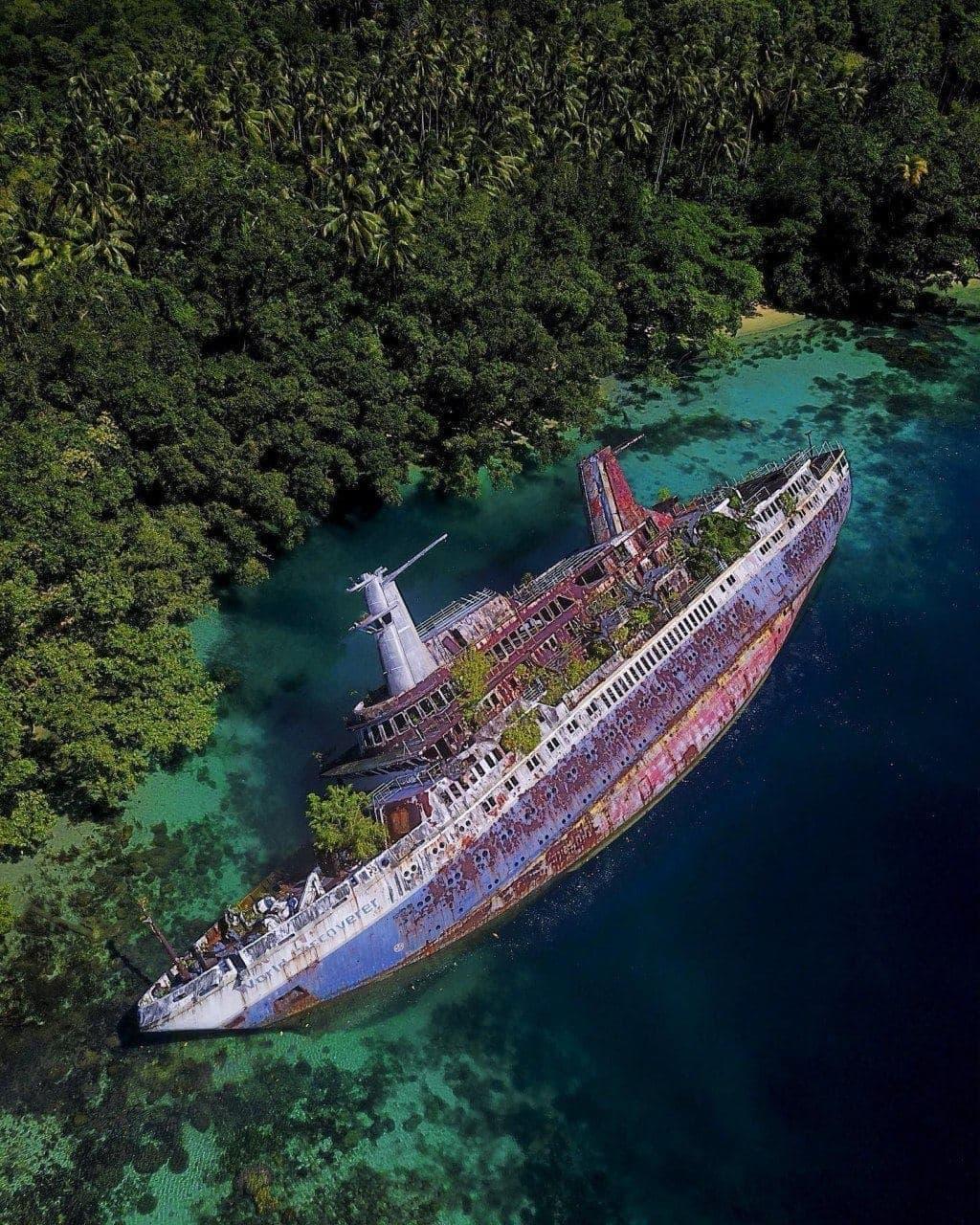 Заброшенный круизный лайнер World Discoverer